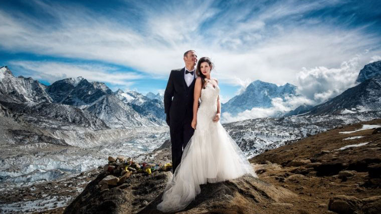 Couple-has-their-dream-wedding-at-Mt-Everest
